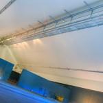 On se rend compte, à l'entrée dans l'édifice, de la technicité de la pose : il va falloir travailler à 35 mètres de hauteur. Nos ouvriers sont qualifiés pour ce type de travaux.